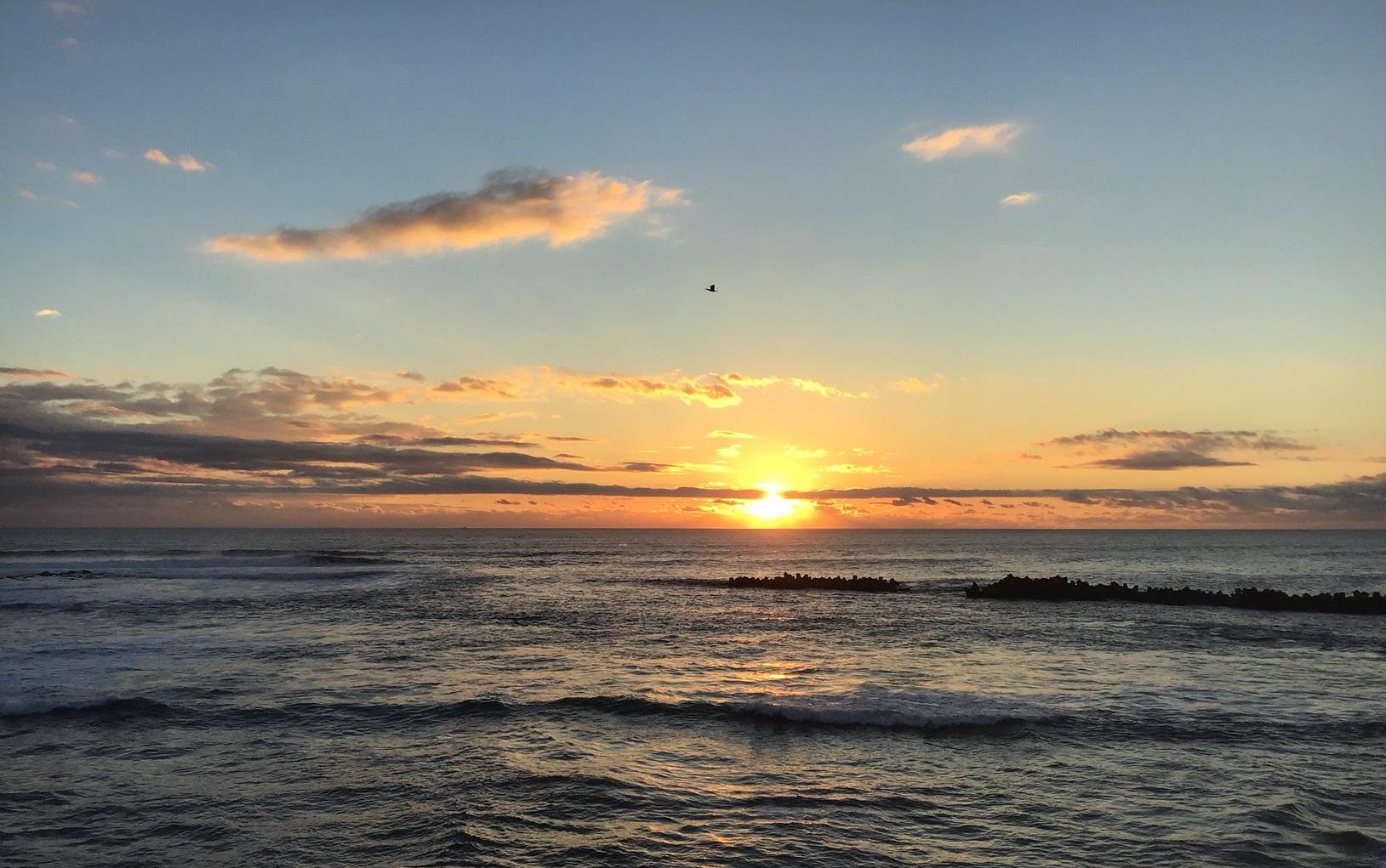 荒波の朝日